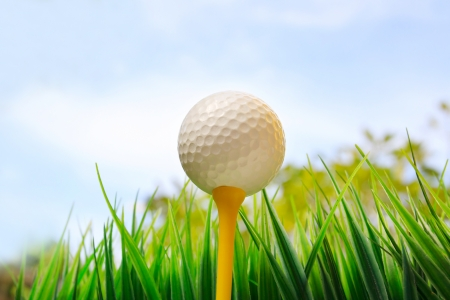 pelota de golf: pelota de golf en camiseta amarilla y fondo de cielo azul