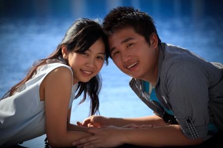 stay nice: parejas de hombre joven y una mujer minti� en la piscina