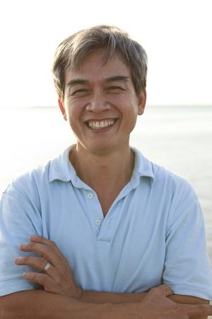 49 jaar oud van een goede gezondheid Aziatische man met smilling gezicht naar de camera Stockfoto