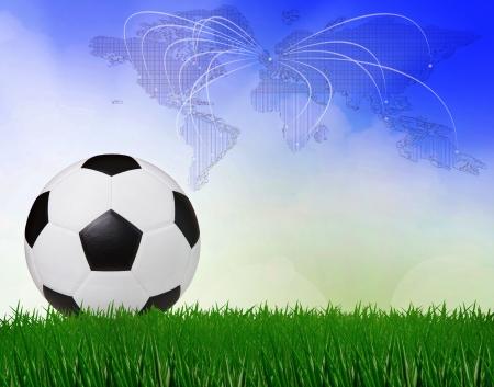voetbal voetbal op groen veld met blauwe hemel achtergrond gebruik voor sport scène Stockfoto