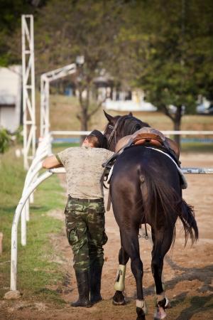 caballo y el soldado cuidado con el amor de la ubicaci�n photo