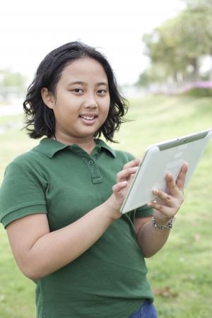 part of me: niña y la tableta en el tema connectiong mano ordenador
