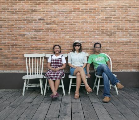 mujer hijos: familia divertida en uso de la pared de ladrillo de usos múltiples Foto de archivo