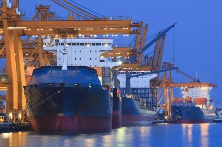 輸入輸出産業と国際貿易のための毎日の使用の美しい夕暮れで重いクレーン船ヤード 写真素材