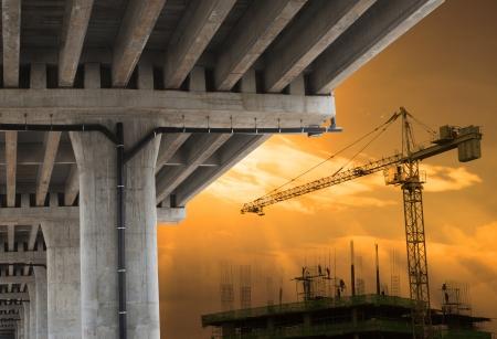 ingenieria industrial: el desarrollo urbano de la construcci�n de edificios gr�a grande con el cielo hermoso en escena de la tarde