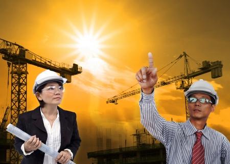 ingeniero civil: hombre de ingeniería que trabaja en la construcción el uso del sitio de negocios de la industria de la construcción Foto de archivo