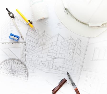 ingeniero civil: mesa del arquitecto que trabaja con el equipo relacionado para usos múltiples