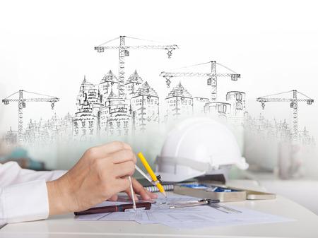 arquiteto trabalhando em talbe com desenho e constru Imagens