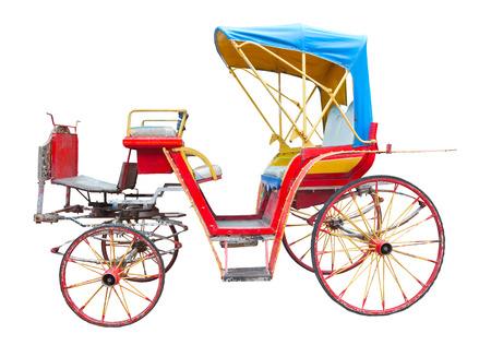 carreta madera: viejo carro traído por caballo aislado en el fondo blanco