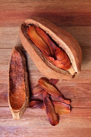 caoba: semillas de caoba en la mesa de madera,