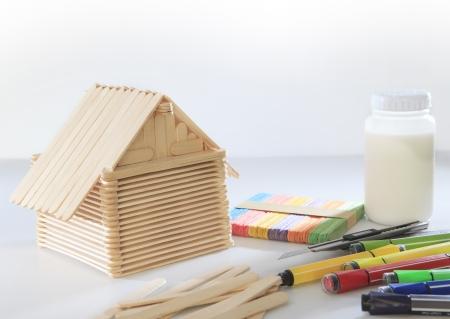 子どもの遊びと大人の趣味用の白い背景にアイス キャンデーの木材から作られた家