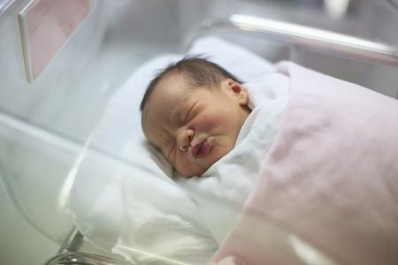 生まれた乳児の分娩室で毛布で眠り