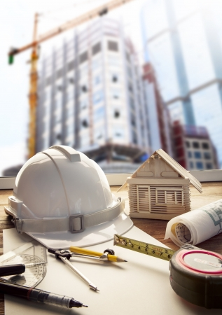 construction tools: casco de seguridad plan de proyecto original y equipo de construcción en el arquitecto y mesa de trabajo ingeniero con la construcción de edificios