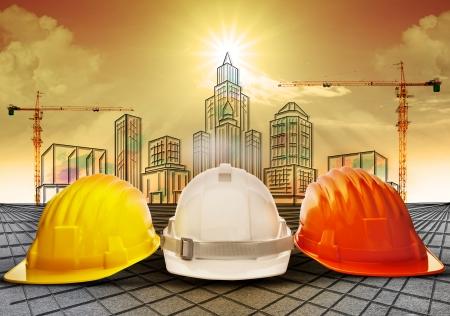 safety helmet: la construcci�n del casco de seguridad y la creaci�n de bocetos en papel de trabajo Foto de archivo