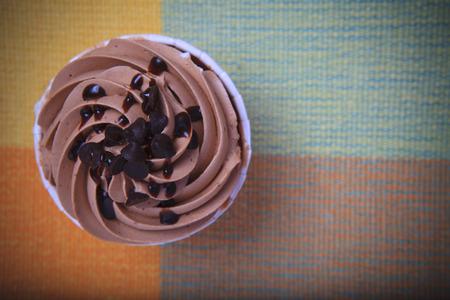 cakes background: vista desde arriba de la torta de la taza de chocolate en la mesa Foto de archivo