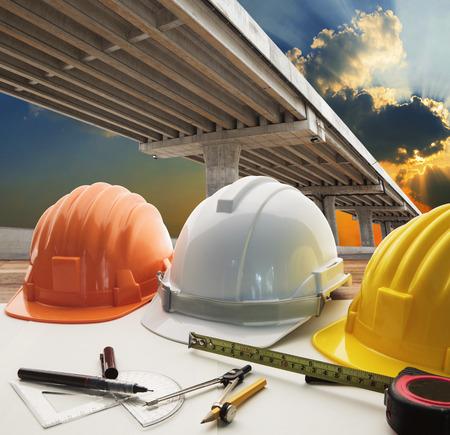 ingeniero: puente de cruce cruce de carreteras y warking utilización mesa ingeniero civil para infraestructura urbana y tema de desarrollo del gobierno y de la ingeniería civil, el tema de bienes raíces Foto de archivo