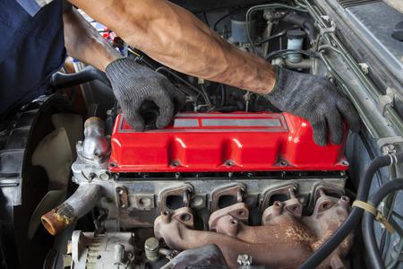herramientas de mecánica: la reparación y el mantenimiento de mano motor diesel del cilindro de la luz toma el carro Foto de archivo