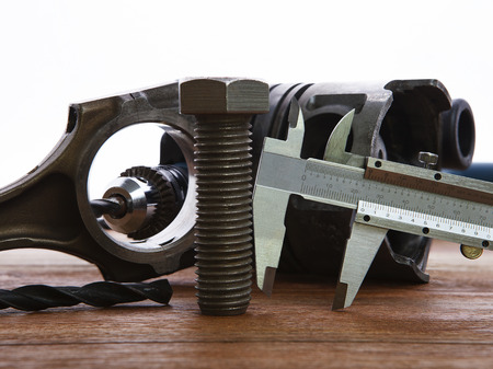 piezas coche: tuercas de metal y escala de la regla de la industria de pistón detalle en la mesa de trabajo