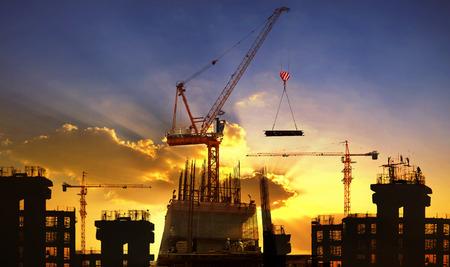 大きなクレーンと建設業とエンジニア リングの美しい夕暮れの空使用に対して建築