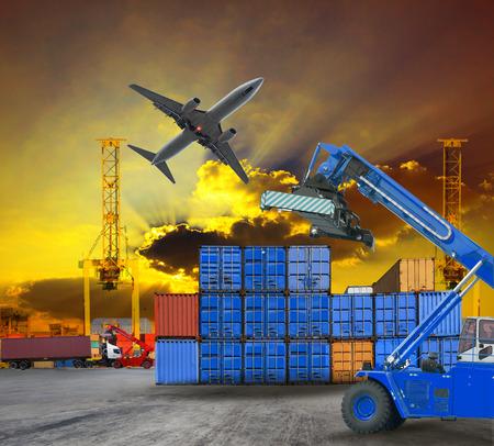 ports: container e il porto cantiere navale scena servizio logistico con camion, trasporto terrestre e aereo aria uso cargo per l'industria del trasporto commerciale e porto servizio di trading merci industriali