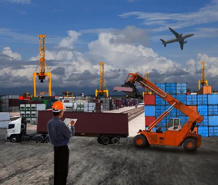 land use: officer uomo che lavora nei trasporti terrestri logistica con il contenitore dock uso scena mondiale import export commercio di merci tema Archivio Fotografico