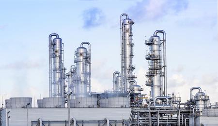paesaggio industriale: grande tubo in raffineria petrolchimica stabilimento di pesante immobiliare nell'industria
