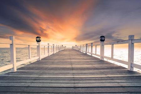 자연 배경, 배경 및 다목적 바다 장면 아름다운 어스레 한 하늘 사용에 대해 아무도 오래 된 나무 bridg 부두