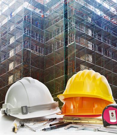 safety helmet: casco de seguridad y herramientas de trabajo de ingenier�a contra la malla de la construcci�n de edificios