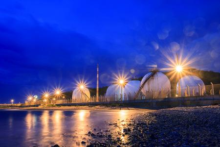 paesaggio industriale: serbatoio di stoccaggio di gas gpl nella petrolchimica uso pesante tenuta del settore per potere fuet e argomento di energia