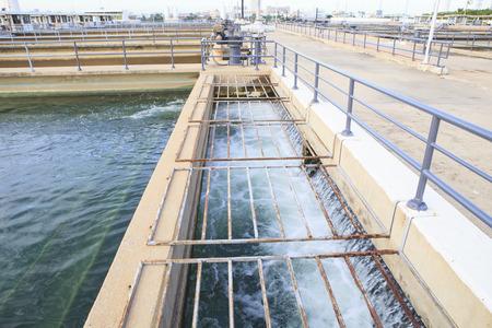 waterleiding: zuiver en schoon water stroomt in waterwerken industrie goed