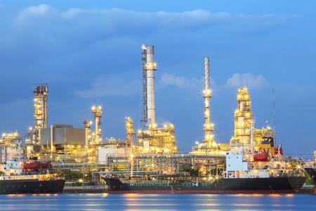industria petroquimica: Planta de la refinería de petróleo al lado del río Foto de archivo
