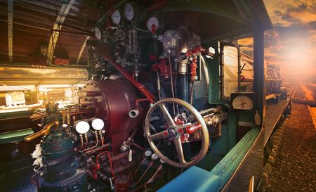 maquina vapor: dentro de la sala de control de estacionamiento del tren motor locomotora corriente en la estación de trenes contra el uso de la luz por la noche para la industria del transporte ferroviario y el transporte de negocio relacionado industrial