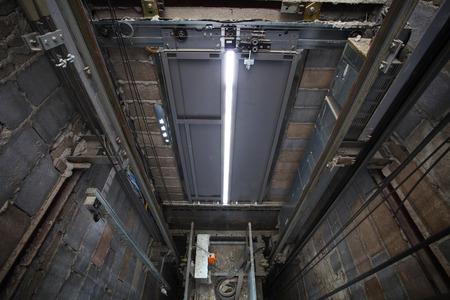 로핑의 내부 엘리베이터, 높은 건물에있는 리프트 박스 빌트업은 건설 및 산업 물체에 강한 구조를 사용함