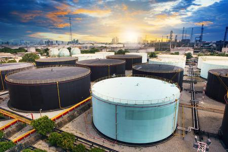 industria petroquimica: tanque de almacenamiento de petróleo en petroquímica planta de la industria de la refinería de petróleo y maquinaria pesada industrial con la escena del paisaje hermoso de la tierra