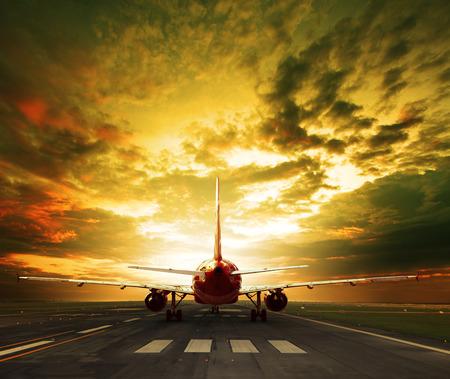 旅客機は空港滑走路利用旅行のために離陸する準備ができて