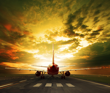 passagiersvliegtuig klaar om op te stijgen op de start- en landingsbanen te gebruiken voor op reis Stockfoto