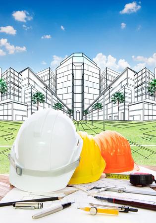 ingeniero civil: mesa de trabajo arquitecto con casco de seguridad herramienta writiing y dibujo perspectiva plan de proyecto de construcción del nuevo edificio para el desarrollo de la tierra y el diseño de bienes raíces