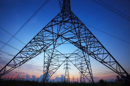 electricidad industrial: silueta de poste el�ctrico de alta tensi�n contra el hermoso cielo oscuro como el uso de energ�a el�ctrica y la energ�a de fondo de la industria, escena tel�n de fondo
