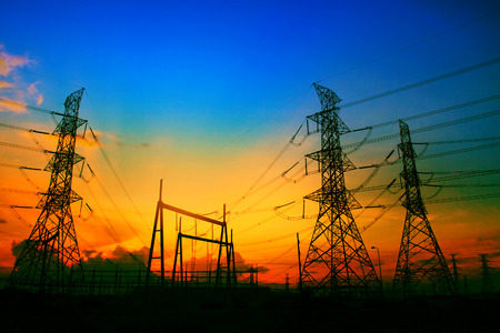electricidad industrial: hermosa puesta de sol detrás de la planta de electricidad uso de la industria inmobiliaria como fondo de energía eléctrica Foto de archivo