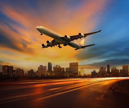 車輛在陸路運輸和客運噴氣飛機飛行以上城市場景用於運輸業務美麗的燈光和市民乘車主題