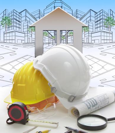 safety helmet: herramienta de escritura mesa de trabajo de ingenier�a, equipo y casco de seguridad contra dos perspectiva punto de exterior del edificio Foto de archivo