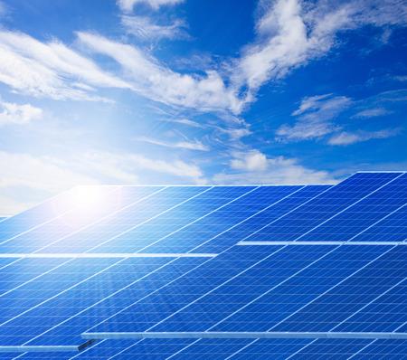 美しい澄んだ青い空を背景の太陽光と太陽電池パネルの純粋な自然の背景、クリーン電力として使用し、自然の生態エネルギーの関連