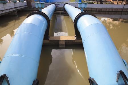 waterleiding: grote watertoevoer buis in waterwerken industrie goed
