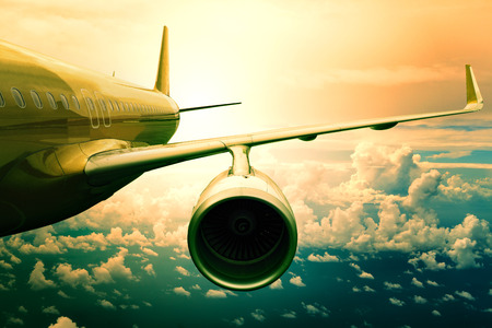 mosca: avi�n avi�n de pasajeros flyin anterior uso escapo de nube para el transporte de aviones y viajar conocimiento de los negocios Foto de archivo