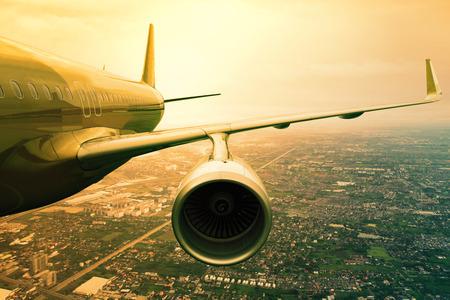 transporte: avião a jato de passageiros voando acima uso scape nuvem para o transporte de aeronaves e viajar fundo negócio Imagens