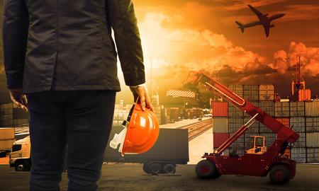 werkende man in een container dok en land, luchtvervoer, import en export logistieke lading vracht en het verschepen commerciële service-industrie
