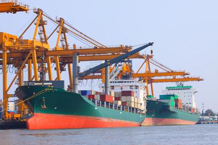 commercieel schip met container op de scheepvaart-poort voor import, export en logistieke transport Redactioneel