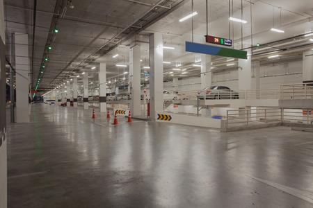 voiture parking: voiture stationnement disponible dans le b�timent de parking lat�rale avec rouge et vert conduit signe la lumi�re