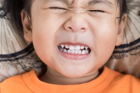 ni�os actuando: de cerca la cara divertida de los ni�os que act�an dentudo