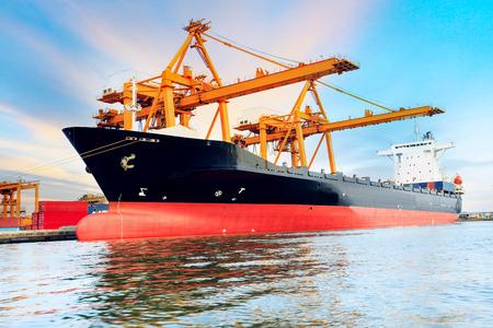 商業船の港の出荷のコンテナーを載荷 写真素材